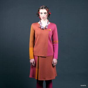 DOLA- jemně vzorovaná sukně nad kolena s vsadkou